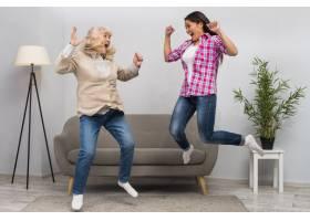 兴奋的年轻女子和她的母亲在家中腾空而起_3776077