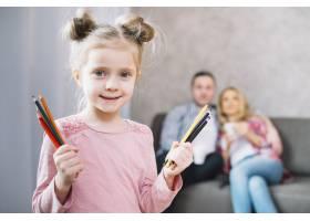 可爱的小女孩拿着五颜六色的画笔_3817154