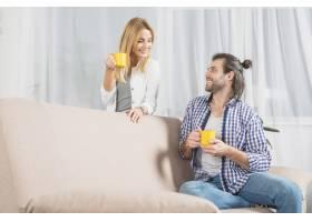 在沙发上喝饮料的情侣_3443856