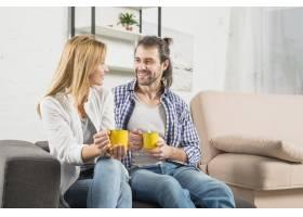 在沙发上喝饮料的情侣_3443857