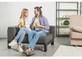 在沙发上喝饮料的情侣_3443858