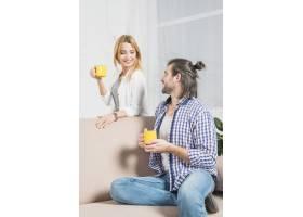 在沙发上喝饮料的情侣_3443860