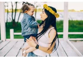 母亲带着女儿在公园里_3244535