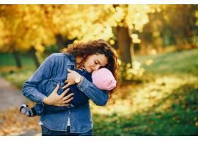 母亲带着女儿在公园里_3244615