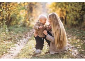 秋天公园里的母亲和她的小儿子_3393908