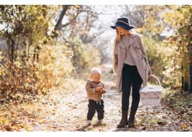 秋天公园里的母亲和她的小儿子_3393922