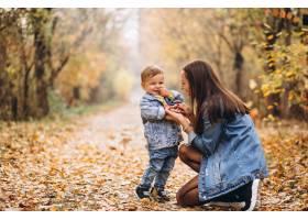 秋天公园里的母亲和她的小儿子_3395960