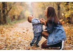 秋天公园里的母亲和她的小儿子_3395961