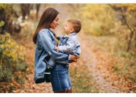 秋天公园里的母亲和她的小儿子_3395969