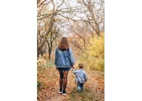 秋天公园里的母亲和她的小儿子_3395970