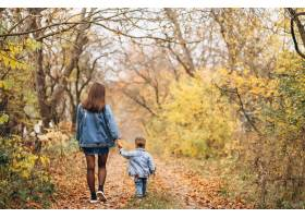 秋天公园里的母亲和她的小儿子_3395971