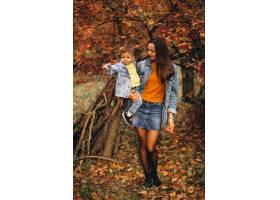 秋天公园里的母亲和她的小儿子_3395980