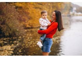 秋天公园里的母亲和她的小儿子_3395982