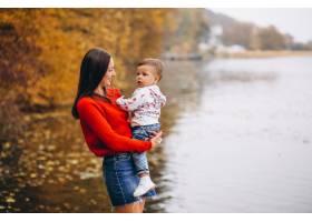 秋天公园里的母亲和她的小儿子_3395983