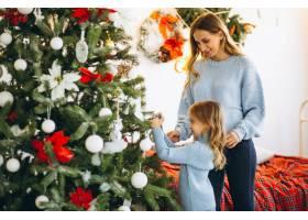 母亲带着女儿装饰圣诞树_3389603