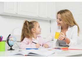 母亲帮助女儿做作业_3444048