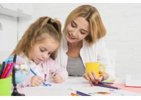 母亲帮助女儿做作业_3444050