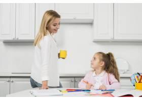 母亲帮助女儿做作业_3444055