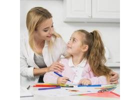 母亲帮助女儿做作业_3444056