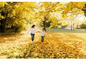 母子俩在公园里度过户外时间_3280511