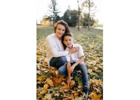 母子俩在公园里度过户外时间_3280515