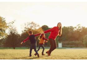 美丽的母亲带着年幼的孩子_3587653