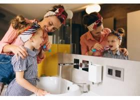 母女俩在家里做口罩_3213706