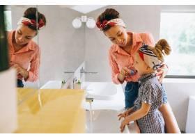 母女俩在家里做口罩_3213714
