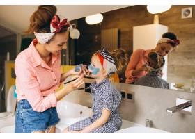 母女俩在家里做口罩_3213724