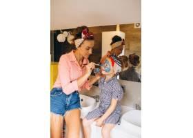 母女俩在家里做口罩_3213727