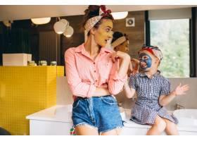 母女俩在家里做口罩_3213734