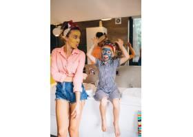母女俩在家里做口罩_3213735