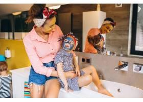 母女俩在家里做口罩_3213738