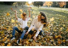 母子俩在公园里度过户外时间_3280520