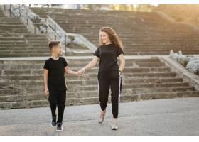 母子俩在公园里度过户外时间_3280526