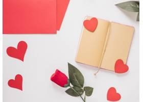 靠近纸的记事本装饰心形和花朵_3562252