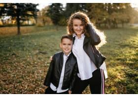 母子俩在公园里度过户外时间_3280532