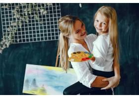 漂亮的妈妈和女儿在画画_3826911