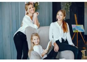 漂亮的妈妈和女儿在画画_3826912
