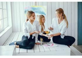 漂亮的妈妈和女儿在画画_3826918
