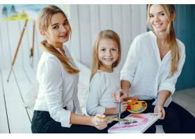 漂亮的妈妈和女儿在画画_3826919