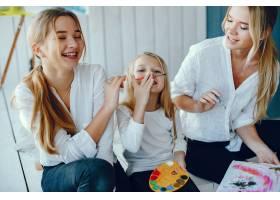 漂亮的妈妈和女儿在画画_3826920