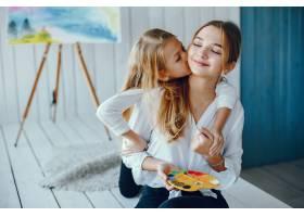 漂亮的妈妈和女儿在画画_3826921
