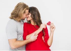 年轻浪漫情侣在白色背景下接吻_3836209