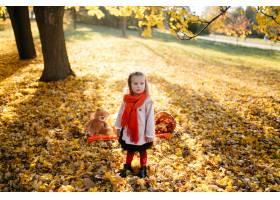 幸福的一家人在秋日漫步_3280533