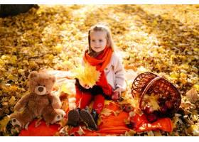幸福的一家人在秋日漫步_3280536