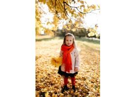 幸福的一家人在秋日漫步_3280538