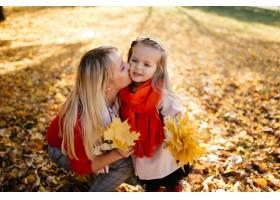幸福的一家人在秋日漫步_3280540