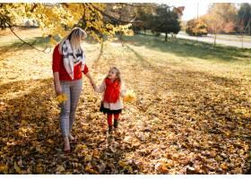 幸福的一家人在秋日漫步_3280541