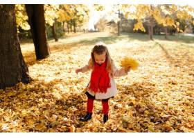 幸福的一家人在秋日漫步_3280542